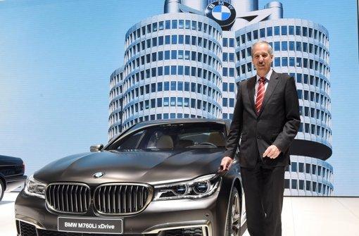 Klaus Dräger, Einkaufsvorstand von BMW mit einem BMW M760Li xDrive. Foto: dpa