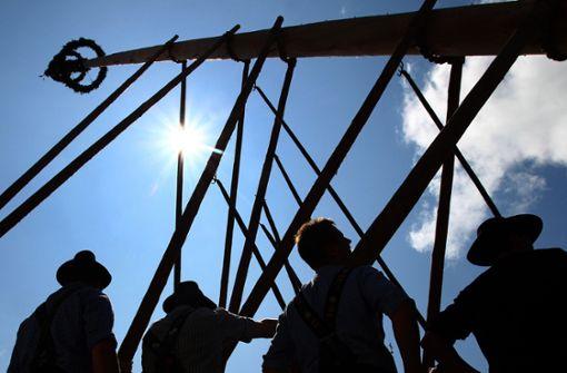 Beim Maibaum-Aufstellen ist ein 15-Jähriger ums Leben gekommen (Symbolbild). Foto: dpa