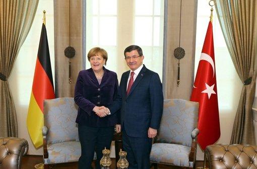 Schulterschluss: Bundeskanzlerin Angela Merkel hofft auf die Unterstützung ihres türkischen Kollegen Ahmet Davutoglu in der Flüchtlingskrise. Foto:
