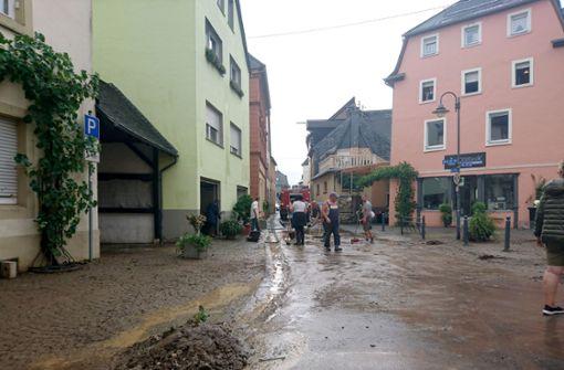 An der Mosel sind die Straßen mit Schlamm und Unrat bedeckt. Foto: Steil-TV