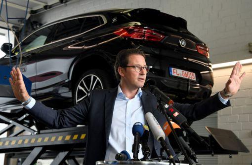 Verkehrsminister Andreas Scheuer bleibt bei seinem Nein zu Hardware-Nachrüstungen bei älteren Autos. Foto: dpa