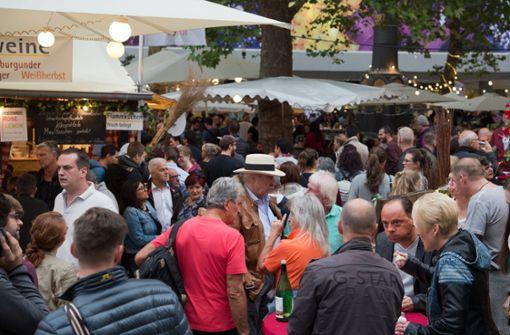 Das Weindorf ist am Samstag gut besucht gewesen – auch wenn sich die Wirte sicher besseres Wetter gewünscht hätten. Foto: Oliver Willikonsky - Lichtgut