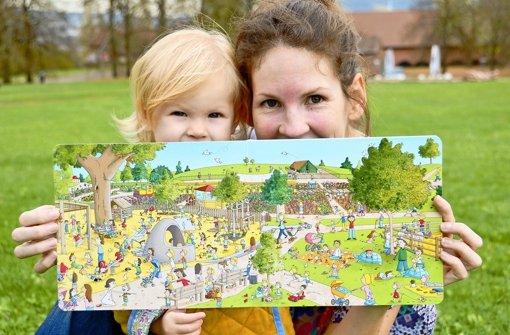 Auch Johanna Fritz' Tochter Bo ist von den Motiven im Wimmelbuch – hier der Killesbergpark – begeistert. Foto: Johanna Fritz (z)