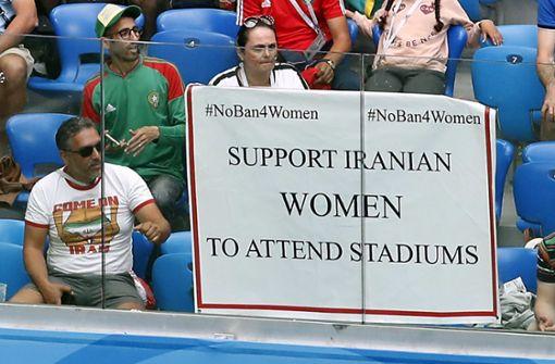 Iranische Frauen im Stadion – ohne angeklebten Bart