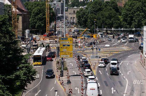 Wer vom Hauptbahnhof kommend in Richtung Wagenburgtunnel fährt, muss bis November wegen des Bahnhofsbaus eine Engstelle passieren. Foto: Lichtgut/Max Kovalenko