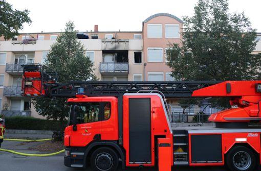 Feuerwehr rettet Bewohner schwer verletzt aus brennender Wohnung