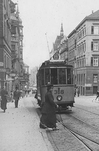 Das Weichenstelleisen als Zeichen ihrer Würde: Eine Straßenbahnerin sorgt am Olgaeck dafür, dass Linie 8 auch wirklich nach Gablenberg kommt (um 1916). Foto: SSB