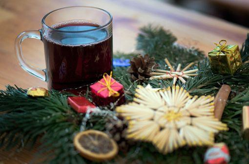 Auf dem Oberndorfer Weihnachtsmarkt kann man nicht nur Glühwein trinken. Foto: dpa-Zentralbild