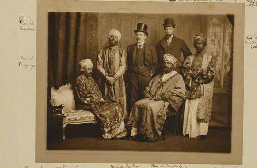 """Bunga Bunga auf Englisch: Die legendären """"Dreadnought Hoaxers"""" posieren im Jahr 1910 in angeblich traditioneller abessinischer Tracht. Links sitzt die Schriftstellerin Virginia Woolf. Foto: Wikipedia commons/James Lafayett/National Portrait Gallery: NPG P1293"""