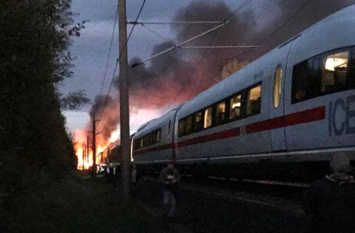 Der letzte Zugteil habe aus bisher ungeklärter Ursache Feuer gefangen, teilte ein Polizeisprecher mit. Foto: dpa