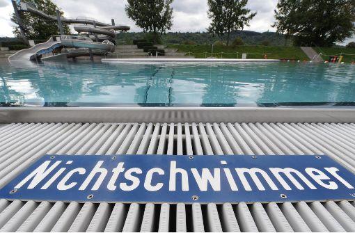 Wer nicht schwimmen kann, sollte im Nichtschwimmer-Becken – auch als Erwachsener. Foto: dpa
