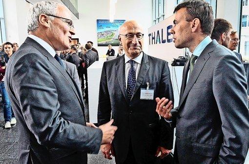 Konzernchef Jean-Bernard Lévy im Gespräch mit Botschafter Philippe Etienne und    Finanz- und Wirtschaftsminister Nils Schmid (v. li.) Foto: FACTUM-WEISE