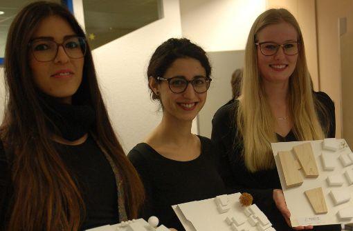Die drei Siegerinnen beim Studenten-Wettbewerb: Efrosini Gennimati (Mitte) gewann mit ihrem Entwurf, Johanna Meichsner (rechts) und Sümeyra Kizil (links) kammen auf den zweiten und dritten Platz. Foto: Sascha Schmierer