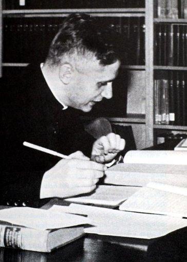 Joseph Ratzinger sitzt im bSommer 1960/b in der Bibliothek des Seminars in Bonn. Foto: Privat/dpa