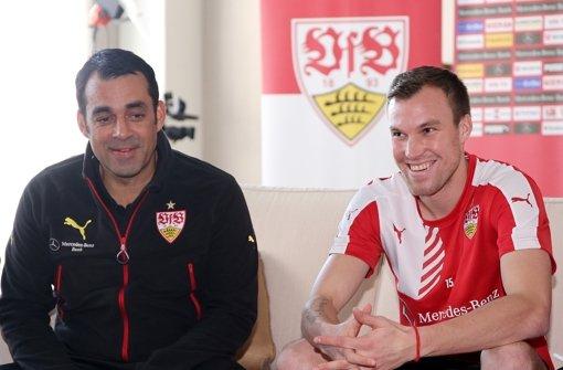 VfB-Sportvorstand Robin Dutt (links) hält große Stücke auf Neuzugang Kevin Großkreutz. Bilder vom Training gibt es  hier in unserer Fotostrecke. Foto: Pressefoto Baumann