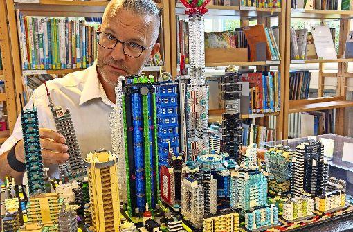 Lego-Kunstwerke mitten in der Bücherwelt