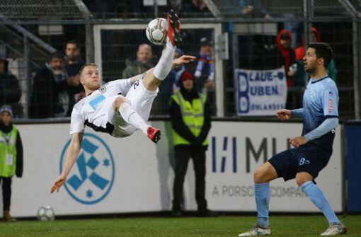 Der Ulmer Steffen Kienle akrobatisch, Kickers-Spieler Edwin Schwarz staunt. Foto: Baumann