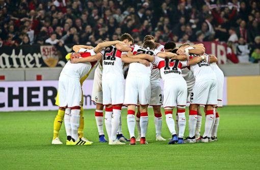 Zusammenstehen: Auf den Rückhalt ihrer Fans können sich die VfB-Profis verlassen. Foto: Baumann