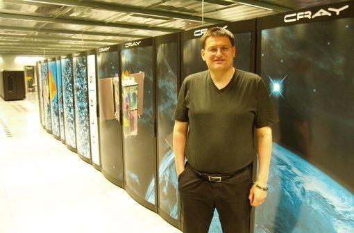 Professor Michael Resch, der Leiter des Höchstleistungsrechenzentrums und damit Herr über Hornet, steht vor dem neuen Supercomputer. Foto: Rüdiger Ott
