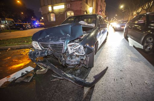 Bei dem Unfall in Bad Cannstatt werden zwei Menschen verletzt. Foto: 7aktuell.de/Simon Adomat