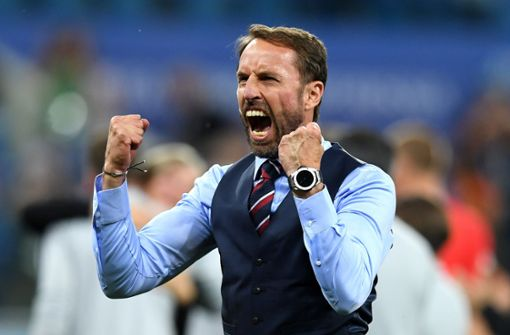 Englands Trainer Gareth Southgate kugelt sich die Schulter aus