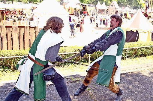 Zum Glück nur Spiel: Der Schwertkampf der Ritter der Gruppe Excalibur aus Berlin. Foto: Lichtgut - Oliver Willikonsky