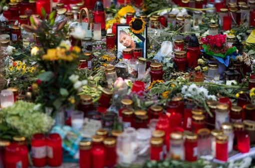 Mit Kerzen und Blumen wird dem getöteten Mann gedacht. Foto: dpa