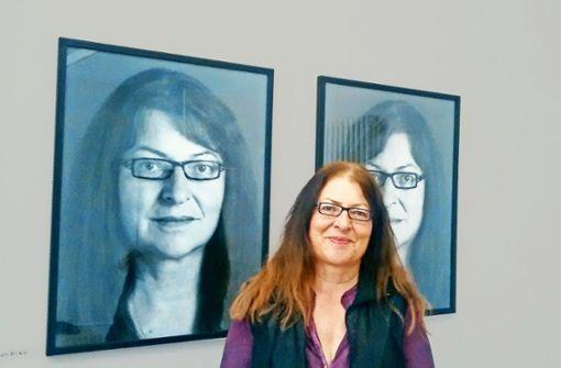 """Marlies Birkle vor ihrem Doppelporträt des Fotografen Horst Alexy. Die Aufnahmen sind Teil des Projekts """"Gesichter"""" das Kulturschaffende im Kreis Göppingen vorstellt. Foto:"""
