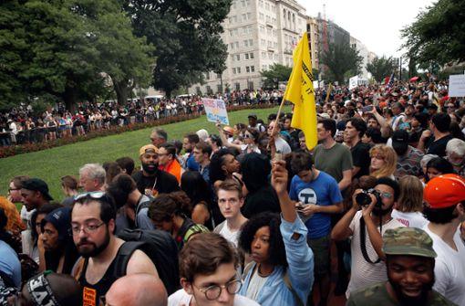 Tausende demonstrieren gegen Rechtsextremisten und gegen Trump