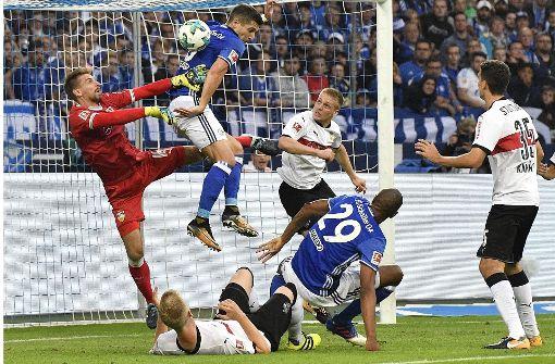 Der VfB Stuttgart spielt in der Veltins-Arena gegen den FC Schalke 04 – Schalke ging früh in Führung. Foto: AP