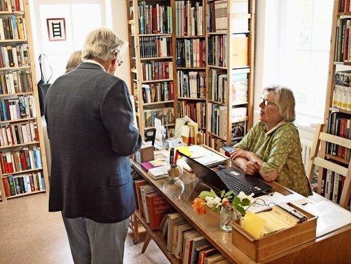Monika Leistner gehört zu dem Team von fünf   ehrenamtlichen Helfern, das künftig  in der Bücherei beraten und Bücher an Besucher verleihen wird. Foto: Cedric Rehman