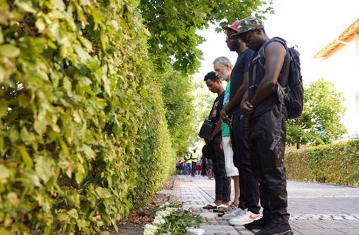 Rund 130 Menschen versammelten sich am Mittwochnachmittag an einer Flüchtlingsunterkunft, ... Foto: dpa