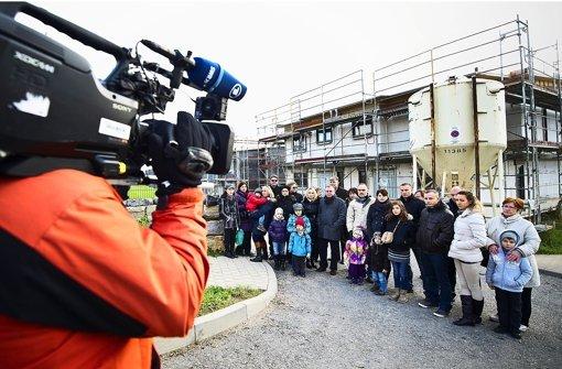Am Mittwoch treffen sich in Zazenhausen zahlreiche Geschädigte vor ihren halbfertigen Häusern und geben der Presse Auskünfte zum Bauskandal und zum zwangsweisen Baustopp. Foto: Max Kovalenko
