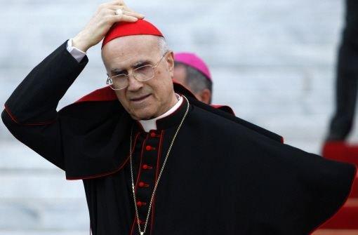 """bTarcisio Bertone/b war Benedikts """"Regierungschef"""" und ist im Vatikan nicht unumstritten. Der aus der Region Turin stammende Bertone ist 78 Jahre alt und als Kardinalstaatssekretär so etwas wie die rechte Hand des Papstes. Bertone gilt als volksnah und aufgeschlossen. Er ist seit 2007 auch Camerlengo (Kardinalkämmerer). Foto: dpa"""