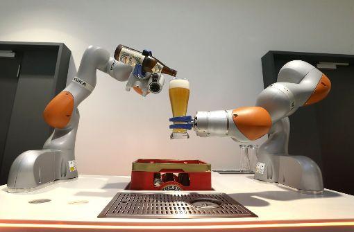 Der Roboter des Augsburger Herstellers Kuka haben es dem chinesischen Eigentümer angetan. Foto: dpa