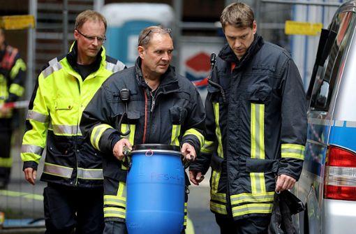 Ein Feuerwehrmann sichert Beweismittel. Der in Köln verhaftete Sief Allah H. soll seine Vorbereitungen für einen Terroranschlag mit hochgiftigem Rizin bereits weitgehend abgeschlossen haben. Foto: dpa