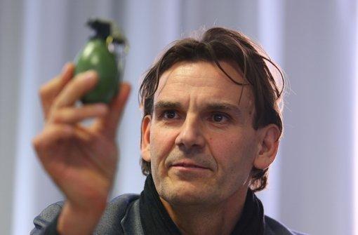 Andreas Stenger, Experte des Landeskriminalamtes, präsentiert ein Modell der verwendeten Handgranate. Foto: Getty Images