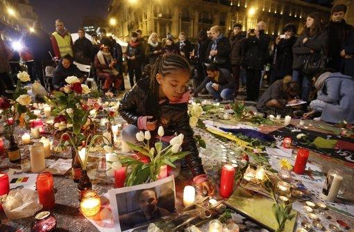 Kerzen und Blumen für die Opfer der Terroranschläge in Brüssel. Foto: dpa