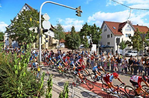 Die Profiradler rauschen vor jubelndem Publikum am Großen Haus in Schmiden vorbei. Foto: Patricia Sigerist