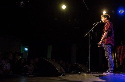 Dominik Mulheim bei den Deutschen Meisterschaften im Poetry Slam in Stuttgart auf der Rosenau-Bühne Foto: Lichtgut/Julian Rettig