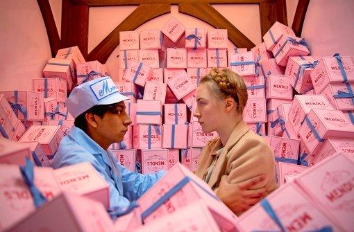 """Buchstäblich überbordend vor liebevoll gestalteten Details zeigt sich """"Grand Budapest Hotel"""" – hier eine Szene mit Tony Revolori und Saoirse Ronan. Foto: Verleih"""