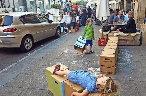 Die Kinder haben schnell geschnallt, dass man die Sitzhocker aus dem Parklet herausnehmen und damit Mauern oder Liegen   bauen kann. Foto: Kathrin Wesely
