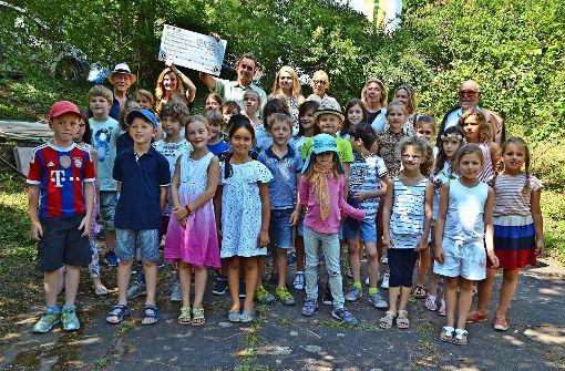 Mitglieder des Lions-Clubs bei der Scheckübergabe an Sozialbürgermeisterin Isabel Fezer, Tatjana Strohmaier und Vertretern des Gartenbauamts. Foto: Fatma Tetik