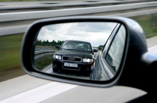 Fahrer drängelt mit Lichthupe – hinter Polizeifahrzeug