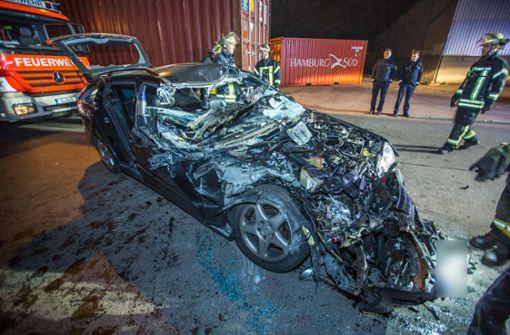 Ein 28 Jahre alter Autofahrer war auf einen parkenden Lastwagen geprallt.  Foto: 7aktuell.de/Simon Adomat