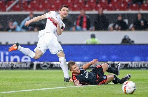 Christian Gentner verpasst das Tor gegen Matthias Ostrzolek nur knapp. Foto: Bongarts
