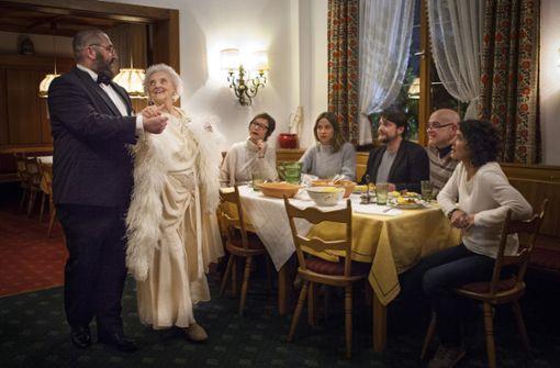 Während des Abendessens taucht der einstige Filmstar Lilo Viardot (Ruth Bickelhaupt) auf.   Foto: SWR