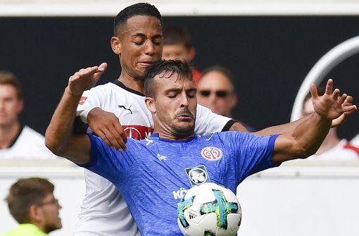 ... Neuzugang Dennis Aogo verstärkten die Abwehr der Stuttgarter von Beginn an. Foto: AFP