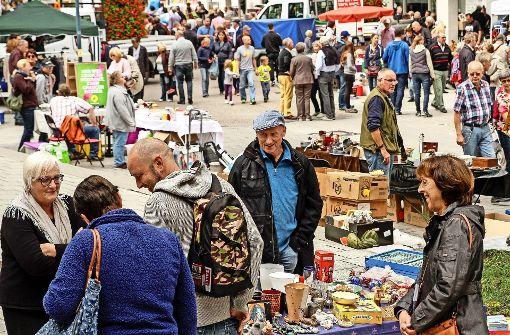 Stöbern auf dem Flohmarkt. Foto: factum/Bach