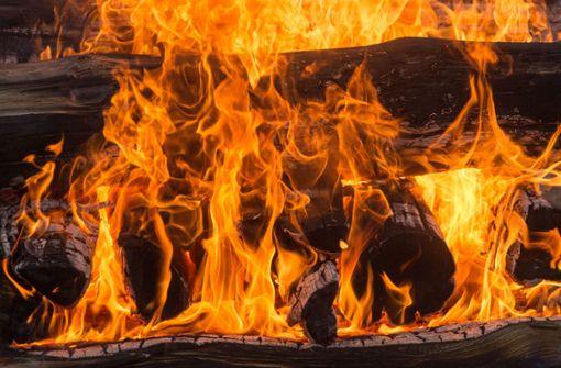 Mädchen bei Lagerfeuer schwer verletzt